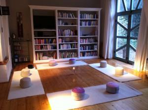 Meditationskreis im EG mit Bücherwand