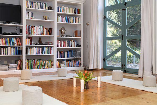 Seminarraum Meditationskreis Bücherregal - web